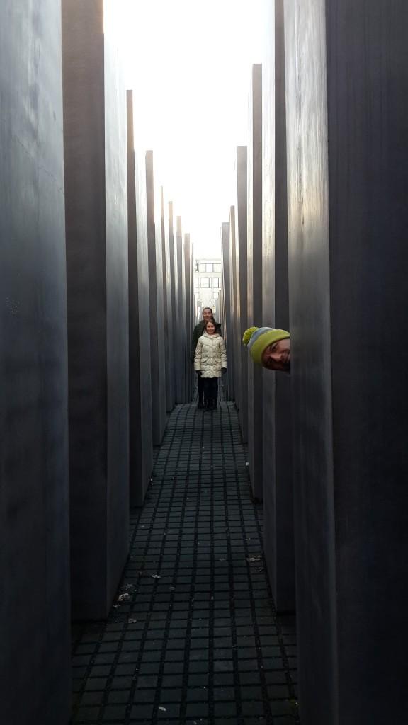 Holocaust Memorial - mutlaka içine dalmanız gerek. Biz çocukları zor toparladık.